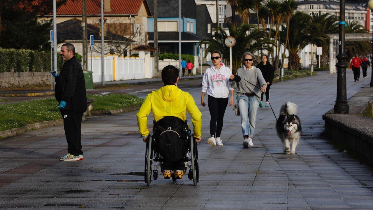 Gente corriendo o paseando por el Paseo Maririmo de Covas en Viveiro