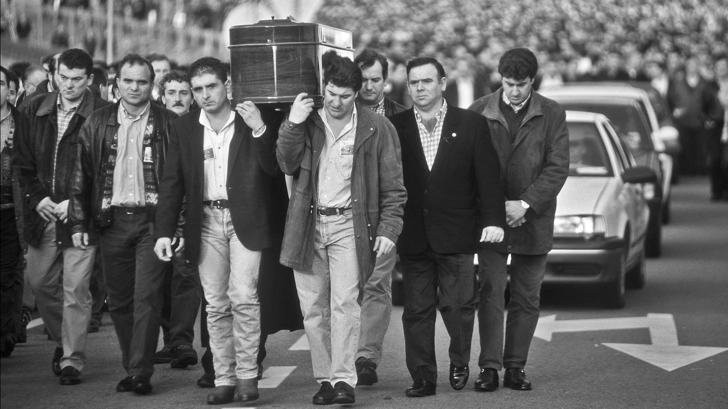 Funeral por el Picador del Pozo Santiago, Lorenzo Gallardo Carro, atropellado en la A-66 durante las movilizaciones mineras. Ujo. Asturias 1998