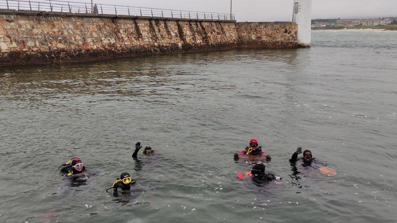 Un grupo de submarinistas voluntarios, con el apoyo desde tierra de otros voluntarios, llevó a cabo ayer una limpieza de los fondos marinos de Porto Chico, en Foz