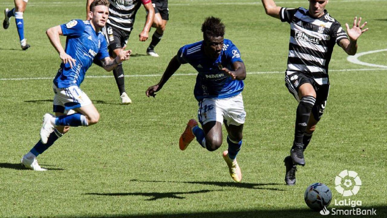 Obeng Viti Real Oviedo Cartagena Carlos Tartiere.Samuel Obeng trata de llevarse un balón durante el encuentro ante el Cartagena