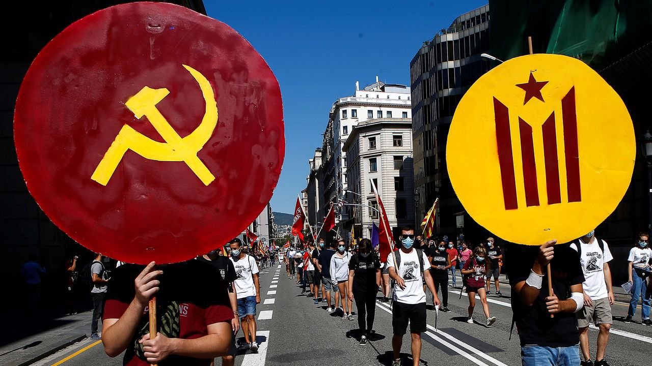 Las juventudes de la CUP, Arran, exhibieron parafernalia secesionista y prosoviética en el centro de Barcelona
