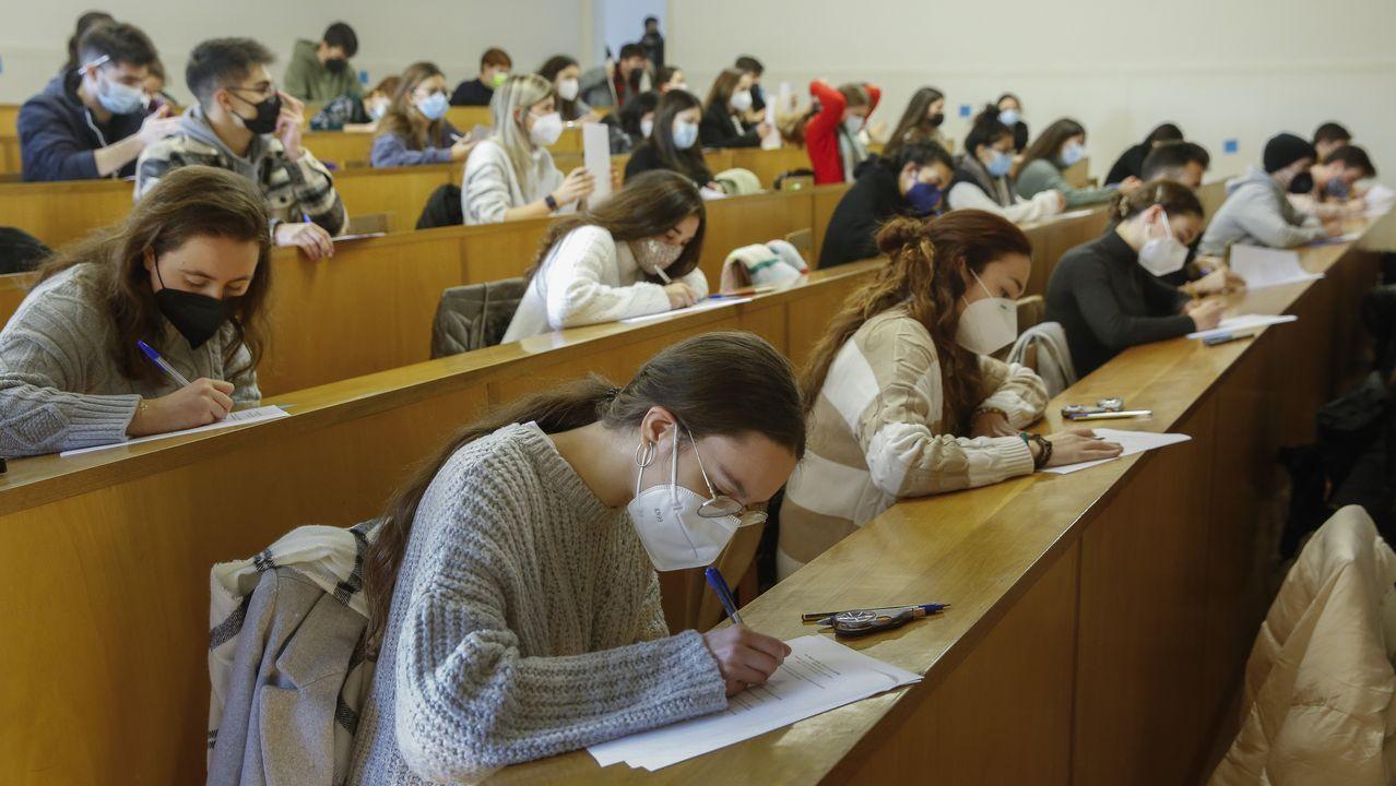 Alumnos de Xornalismo examinándose este lunes en un aula de la facultad, con mascarilla, ocupando todas las filas y dejando un hueco entre cada alumno
