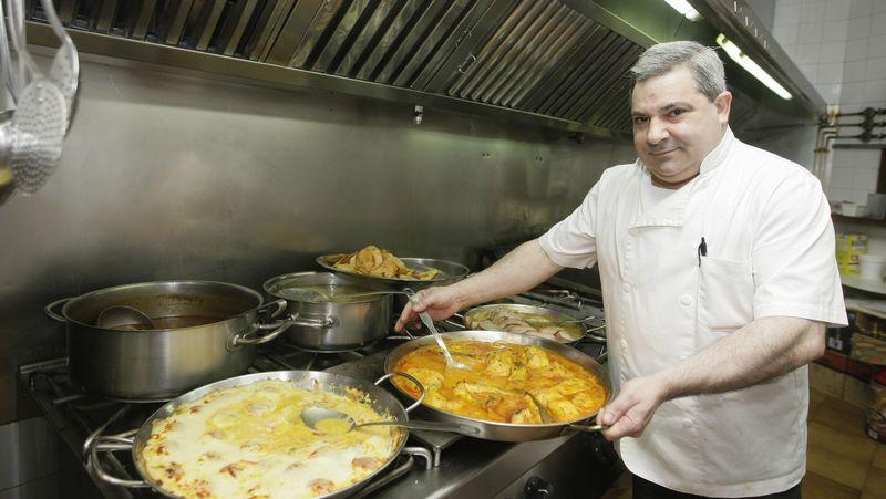 El fundador, Paco Lestegás, con David, el albañil que hizo el horno.