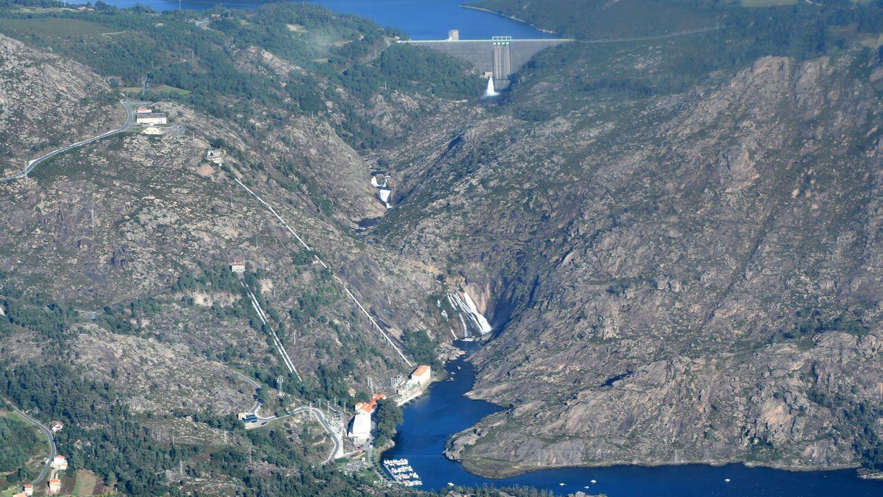 La costa de Fisterra a mil metros de altitud.Bautista Barral, en el comedor.