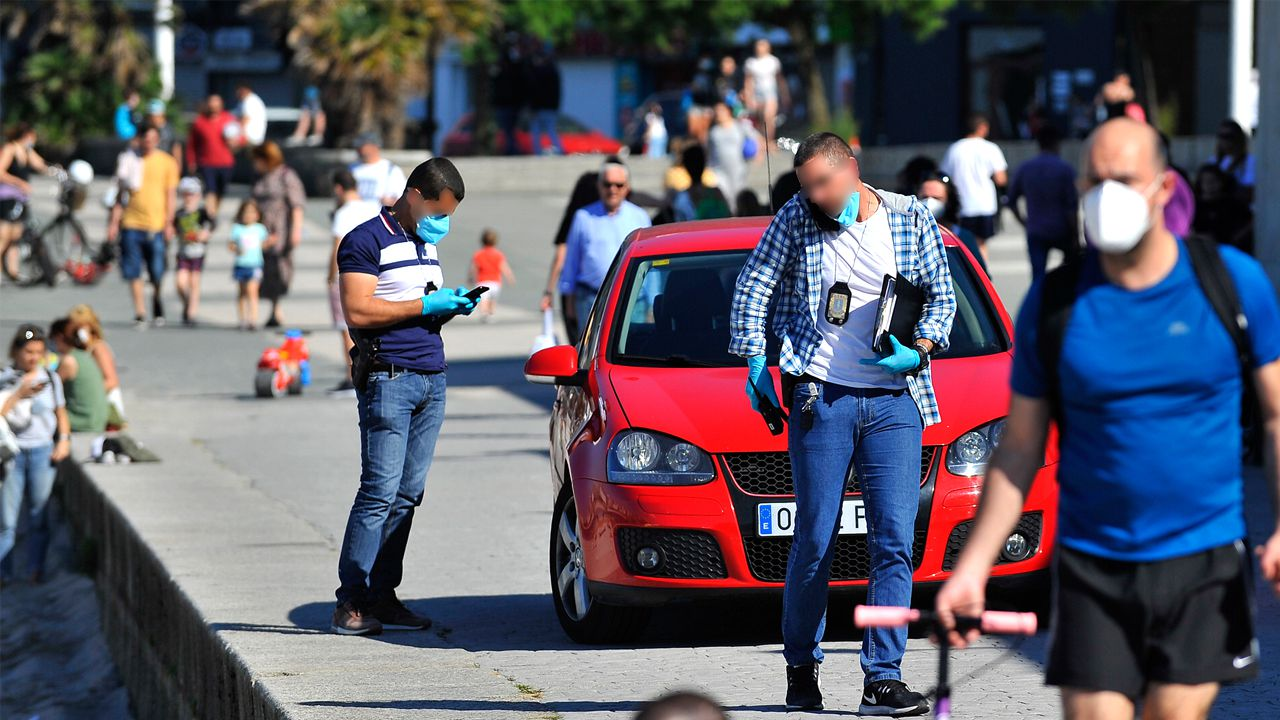 Policías de paisano controlan a las personas que toman el sol en Riazor