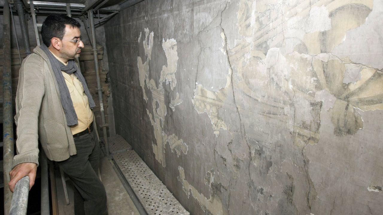 César Carnero observa las pinturas renacentistas de la iglesia monfortina de San Vicente do Pino, que fueron descubiertas bajao una capa de cal en el 2010, en una imagen de archivo