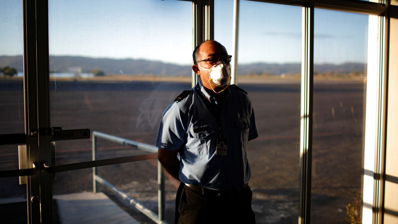Un del aeropuerto con mascarilla en El Salvador