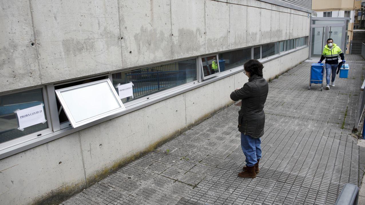 Y los lucenses volvieron a pisar la calle.Pancarta que invita a la meditación en Sarria
