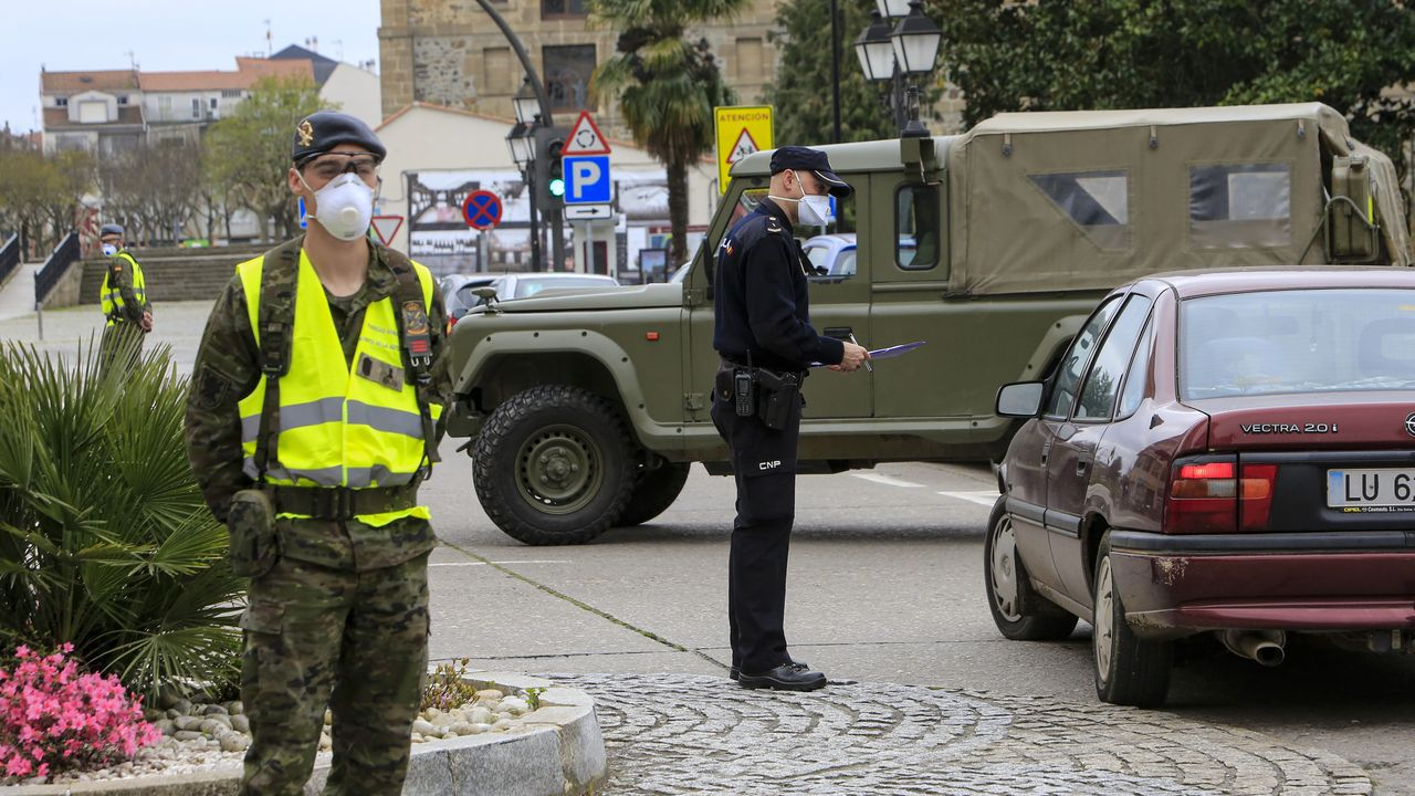 Foto de archivo de un control combinado de la Policía Nacional y el ejército en el centro de Monforte