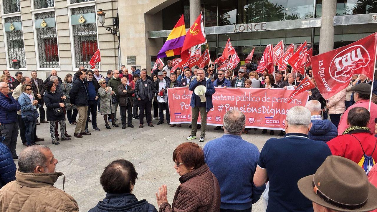 CC.OO. y UGT reúnen en el Obelisco a un centenar de personas en defensa de las pensiones