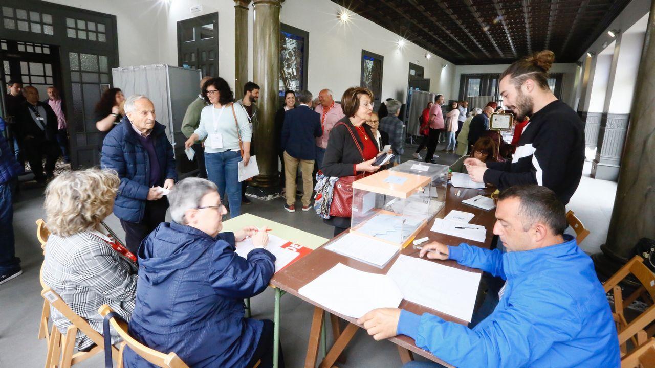 Unvídeo de votaciones en A Mariña.La presidenta de una mesa electoral de Arahal (Sevilla) amamanta a su hijo durante la votación