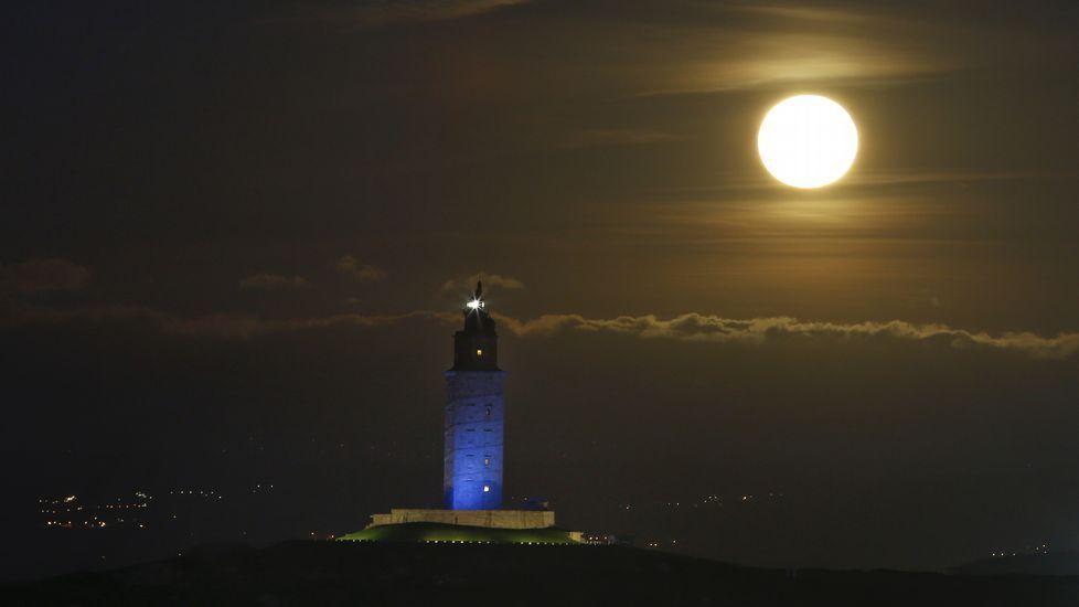 Febrero o la eterna primavera.Superluna sobre la Torre en una imagen de archivo