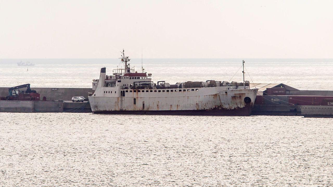 El barco cargado de reses, en el puerto de Cartagena