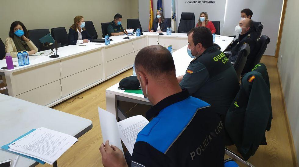 Sebastián Piñera saluda con el codo a Macarena Santelices, el 6 de mayo, tras su toma de posesión como ministra