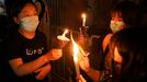 Mujeres con velas en el parque Victoria pese a la prohibición policial