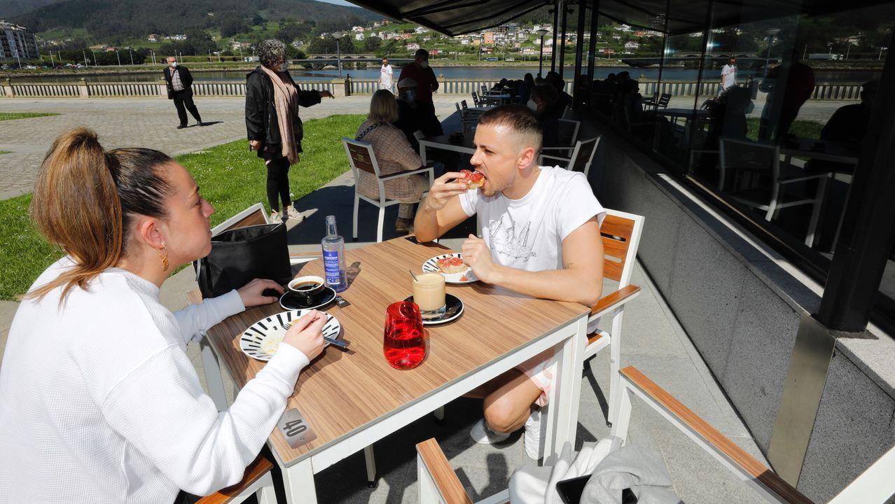 En Viveiro, el buen tiempo también empujó a desayunar al aire libre