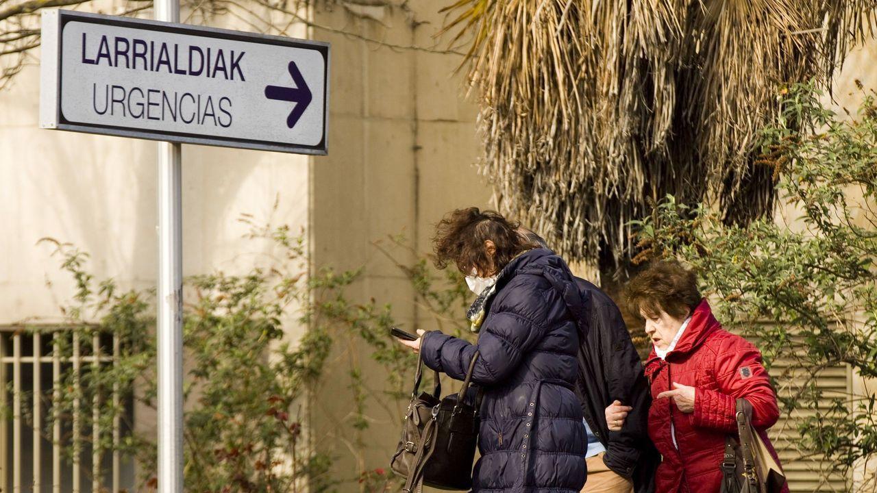 EN DIRECTO: primer positivo por coronavirus en Galicia. La consellería informa de todos los detalles.Una mujer sale del Hospital Universitario de Álava-Txagorritxu, en Vitoria
