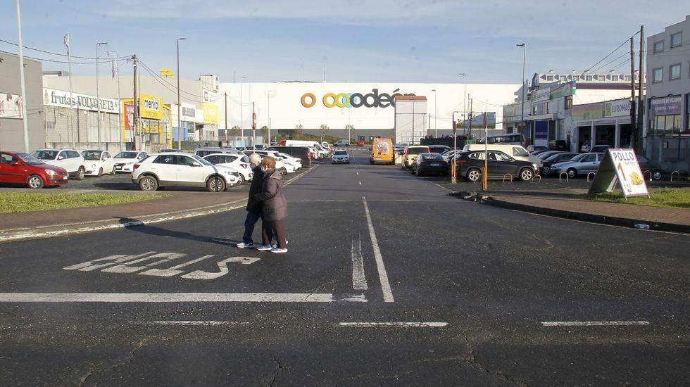 Ferrol a la derecha, Narón a la izquierda. La frontera entre los municipios pasa por la calle Otero Pedrayo, con negocios a ambos lados y donde se puede infringir la normativa con solo cruzar.
