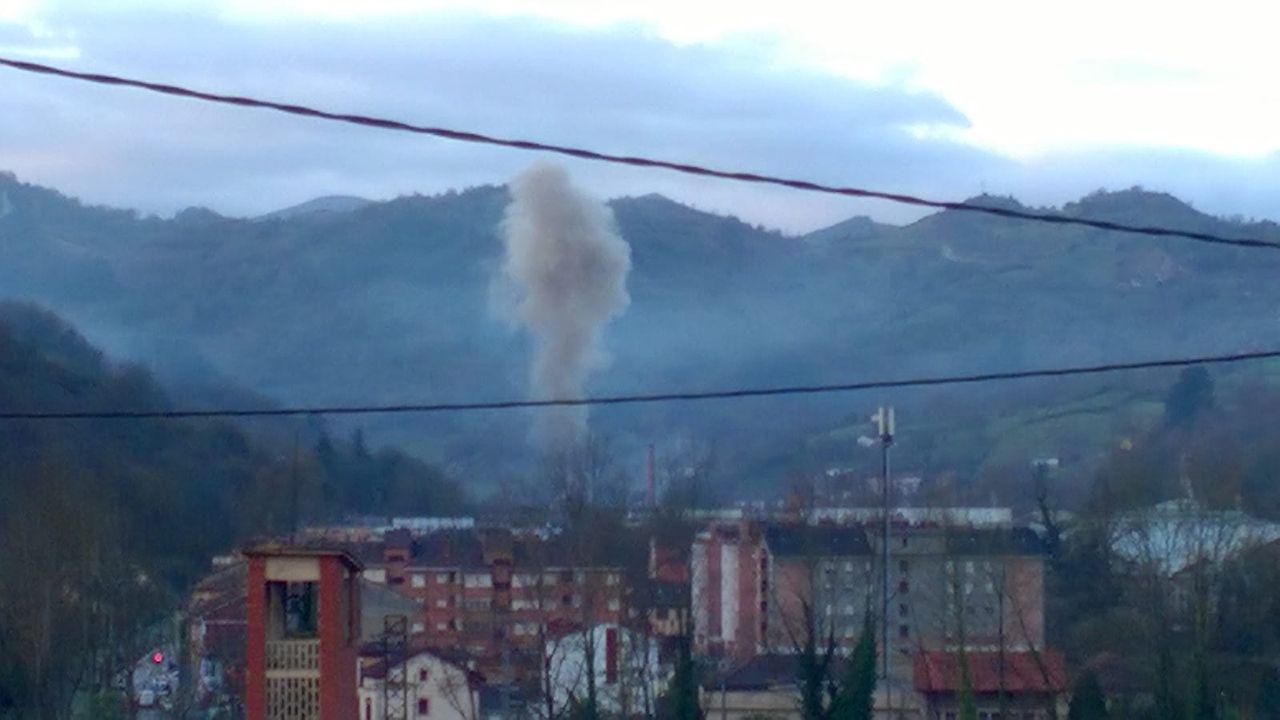 Vista de la contaminación en Oviedo.Nube contaminante en Trubia
