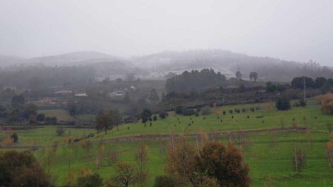 Nieva en Oviedo.Manchas de carbón en la playa de San Lorenzo
