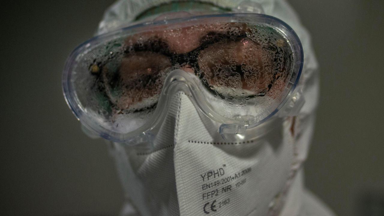 Una trabajadora sanitaria con las gafas empañadas en el interior de la unidad de reanimación (REA) del Complejo Universitario de Ourense, este miércoles. Agotados pero al pie del cañón un día tras otro. Así están en críticos. No en vano, es la mejor definición del estado de ánimo de los profesionales sanitarios que lidian con los contagios de la covid-19, tanto desde Cuidados Intensivos (UCI) como en REA.