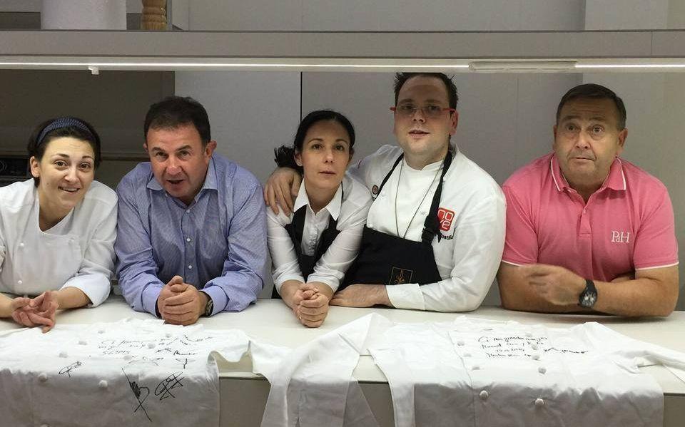 Estos son nuestros cocineros con «estrella».Berasategui, segundo por la izquierda, con la familia propietaria.