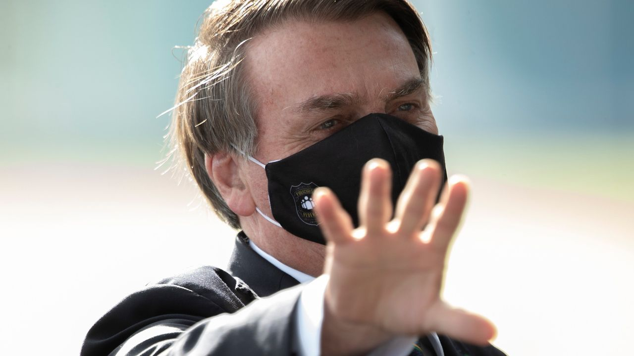 Bolsonaro, a su salida este martes del palacio da Alvorada