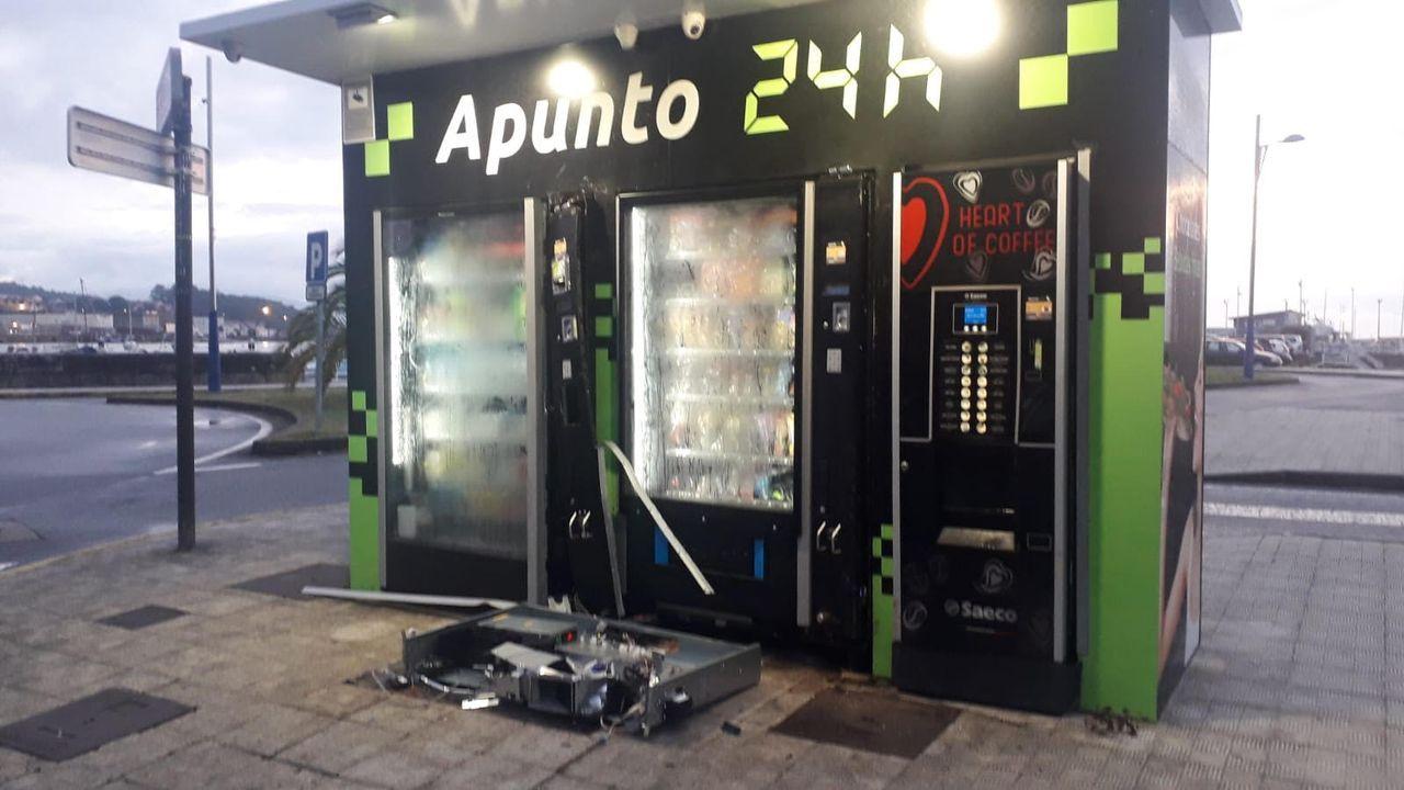 Accidente en la autovía de Barbanza en Ribeira.Imagen de archivo de otro robo cometido en las máquinas expendedoras de la explanada pobrense