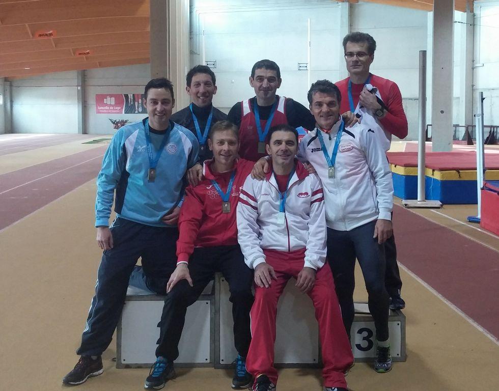 Domínguez, sentado y de rojo, junto a otros competidores.