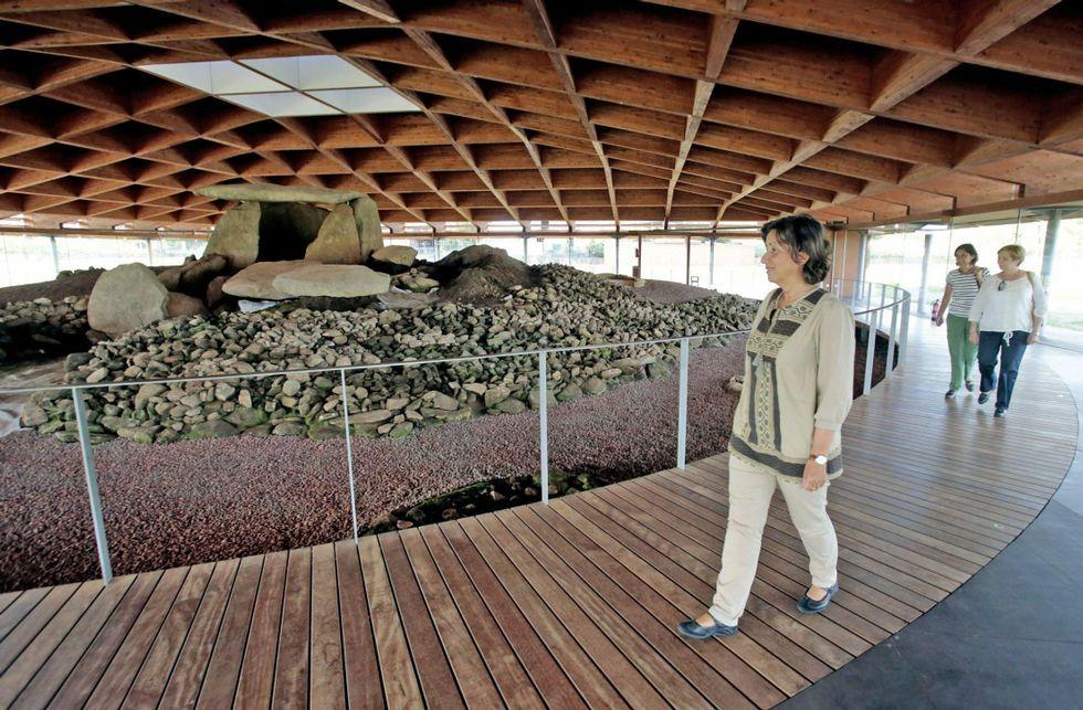 Las visitas guiadas atraen hasta el megalito a numerosas personas a lo largo del año.