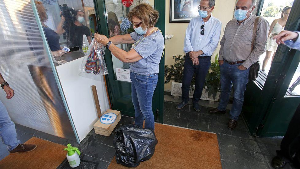 Nuevo protocolo para la recepción de peregrinos en los albergues del Camino de Santiago. Los zapatos se depositan también en una bolsa