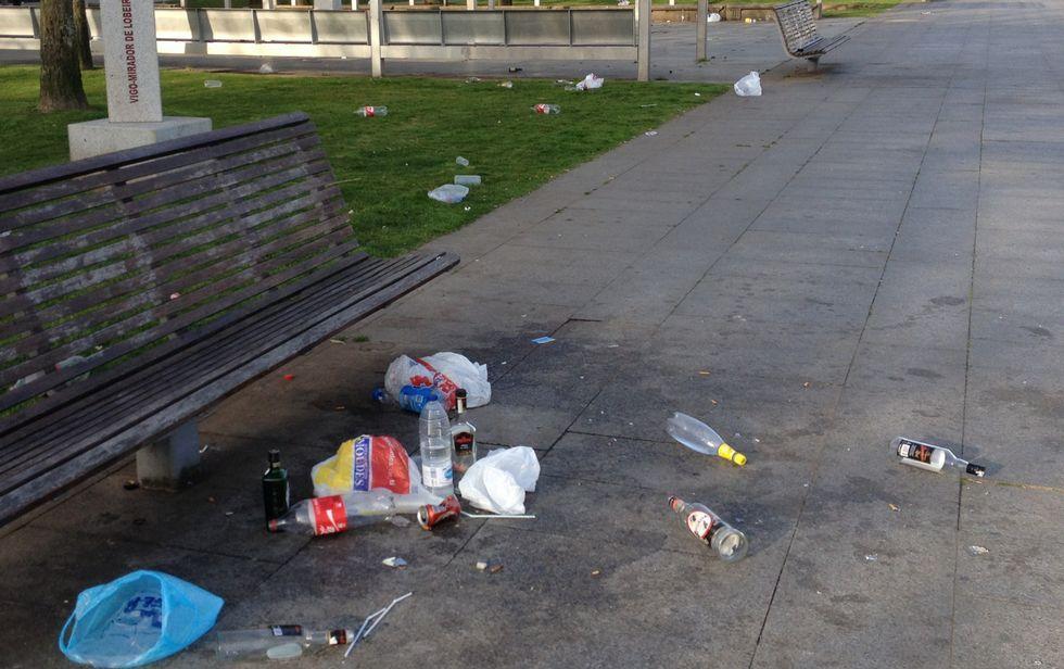 Así es el nuevo anuncio de Coca-Cola.Restos de botellas de alcohol, refrescos y bolsas de plástico tirados en el paseo de Montero Ríos.