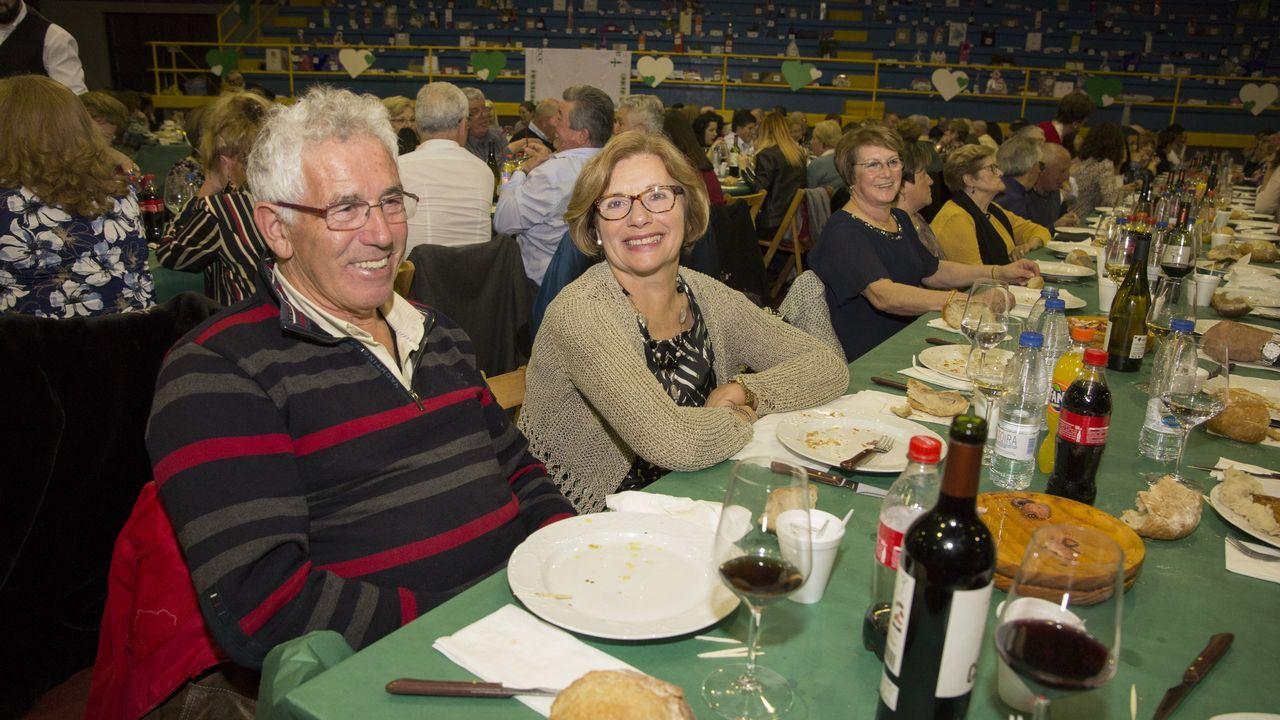 Multitudinaria cena de la junta local contra el cáncer de Cabana.Yolanda Román se llevó el primer premio por «No quiero tener que ser valiente»