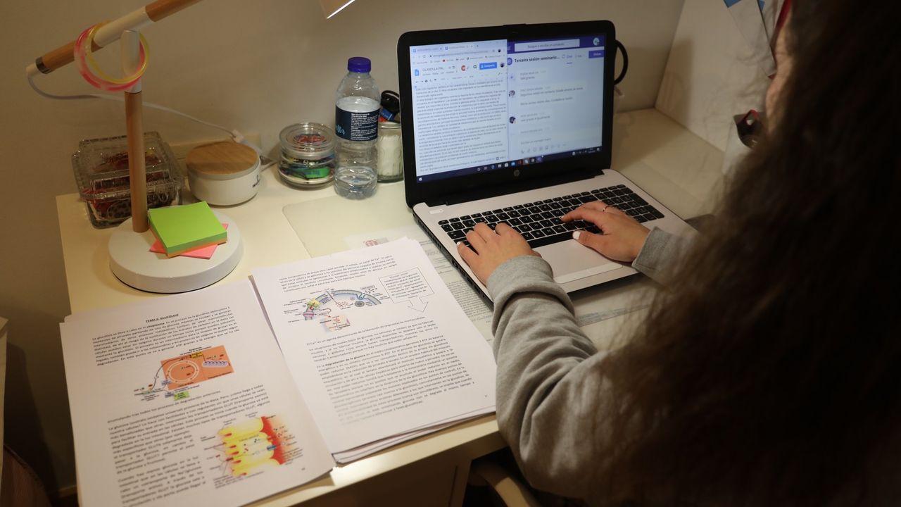 Una estudiante de Enfermaría de la USC, participando en una clase virtual en el mes de marzo