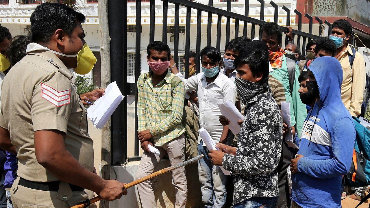 En la ciudad de Bangalore, en India, siguen repitiéndose imágenes de trabajadores intentando acceder a los trenes para regresar a sus casas