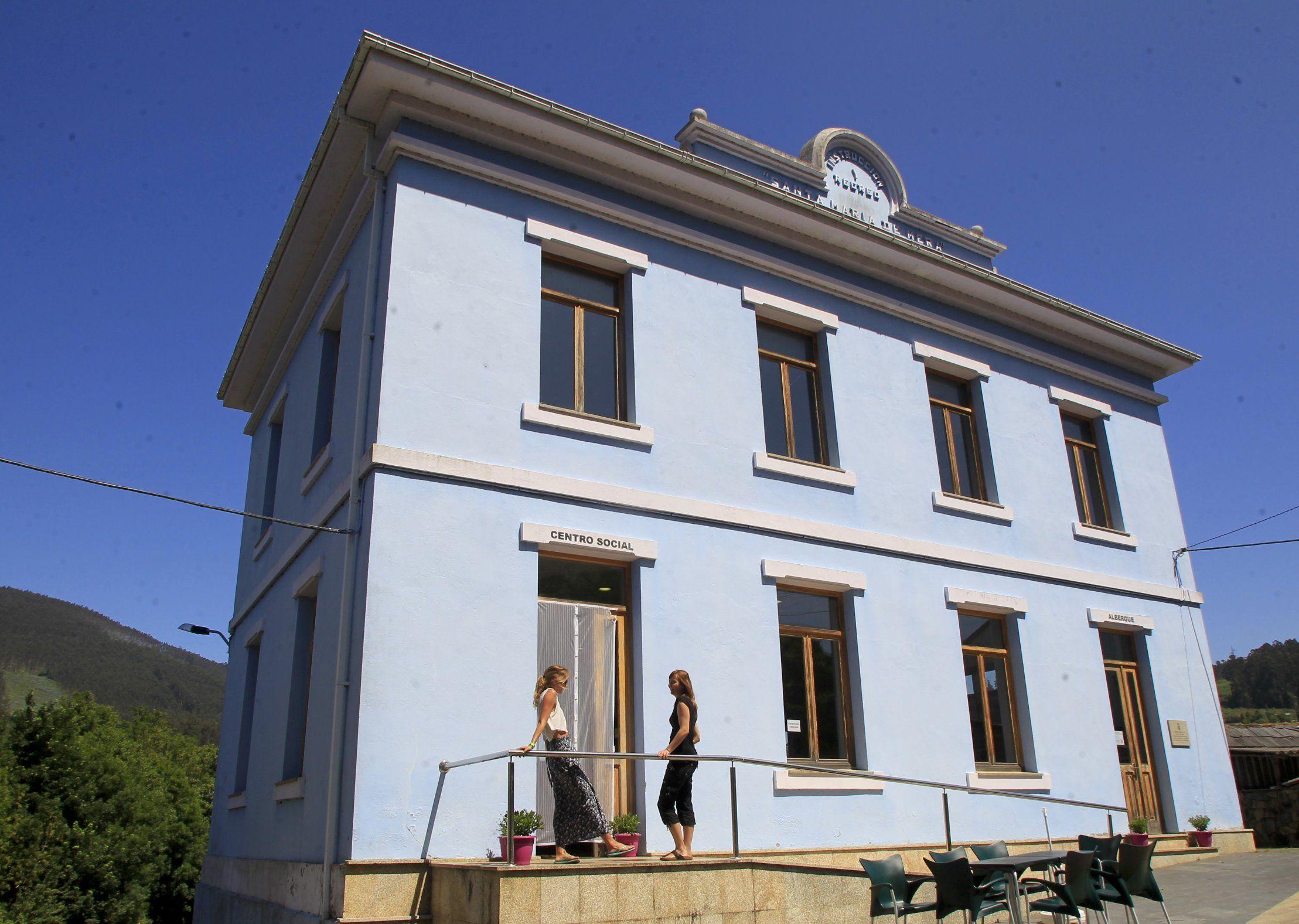 Antiguo escolar de Mera de Arriba, reconvertido en albergue, ahora cerrado
