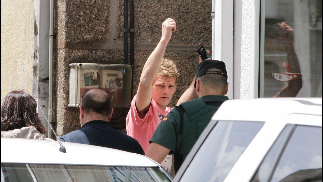 «Solo queremos justicia para nuestro hijo».Momento en el que los agentes de la Guardia Civil detienen en la puerta de su vivienda al principal sospechoso del crimen