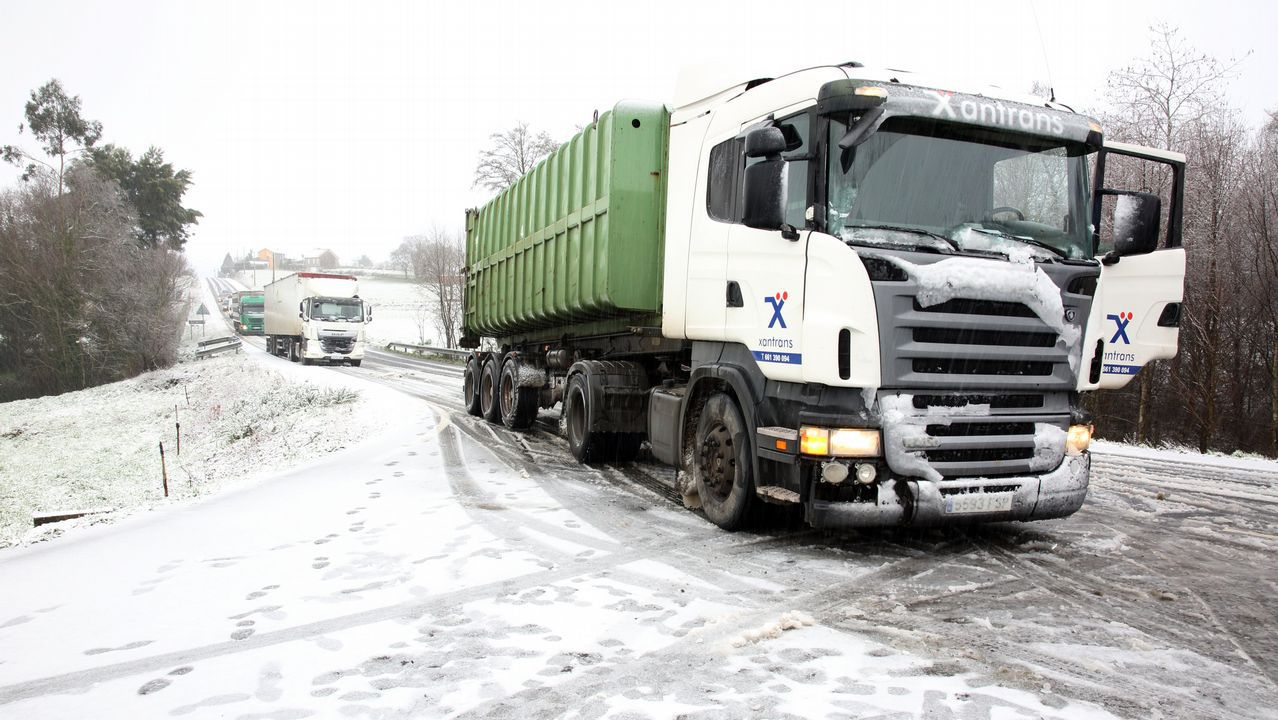 La nieve en Cerceda dificultó la circulación de vehículos pesados