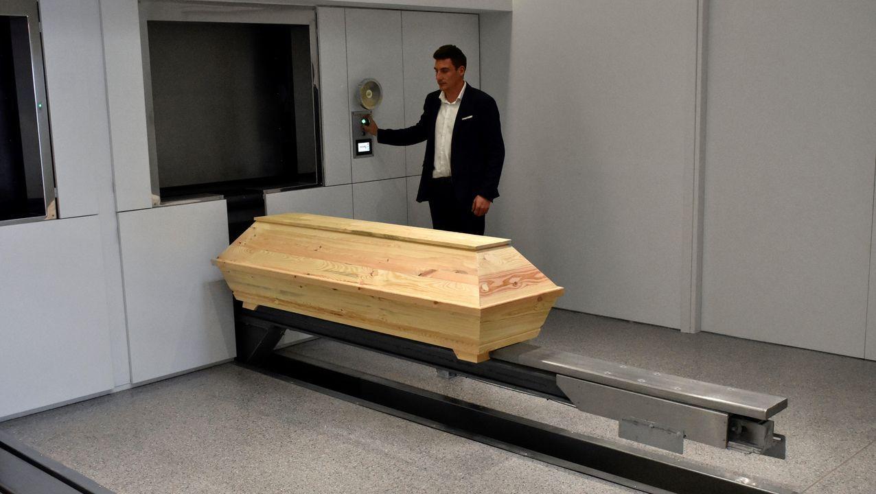 Un operario prepara un ataúd poco antes de entrar en la incineradora del primer crematorio inaugurado en Grecia, ubicado en Atenas