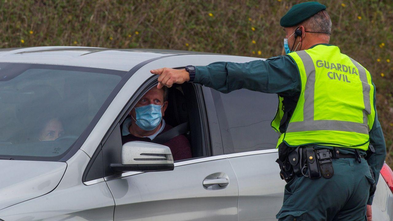 Patrullas de la Guardia Civil realizan un control en los accesos a un centro comercial en el concejo asturiano de Siero