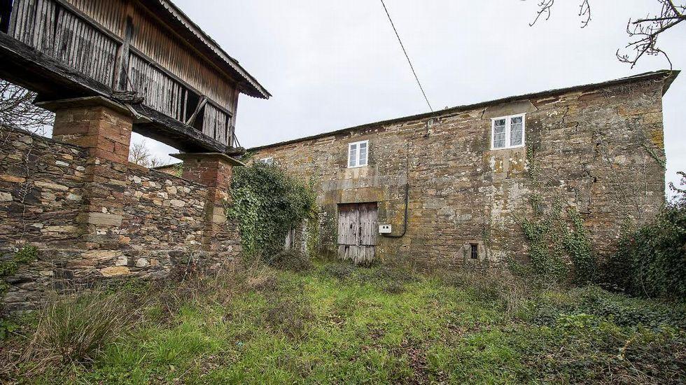 Hórreo y fachada de la Casa Grande de Fiolleda