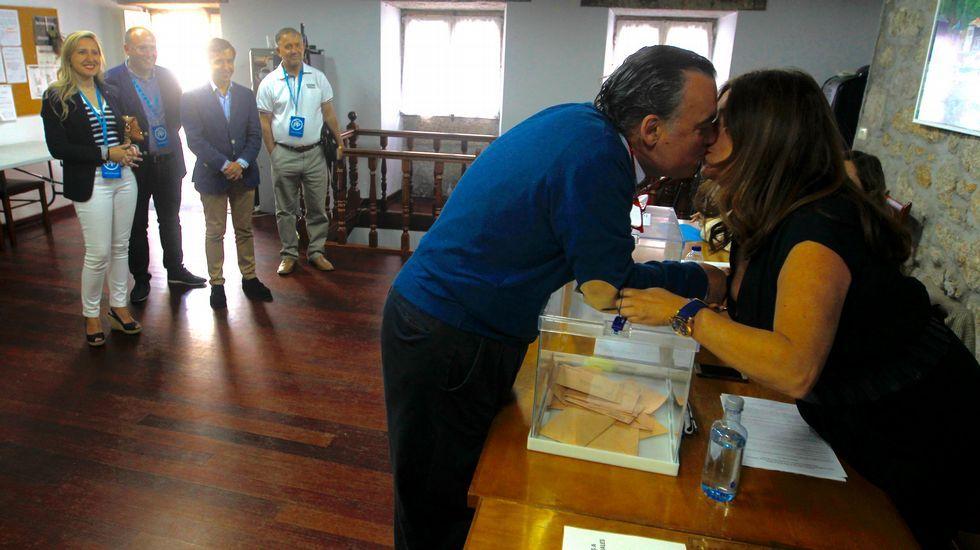 Juan Juncal, candidato del PP, número 3 por A Coruña, vota en el local da la Asociación de Vecinos de A Graña de Ferrol y besa a su mujer, Marta Cerdido, que está de presidenta de mesa.