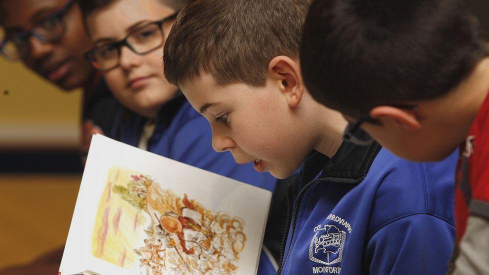 Descubrimiento cervantino en la Universidad de Oviedo.Niños leyendo fragmentos del «Quijote» en un taller de lectura celebrado durante un reciente Día del Libro