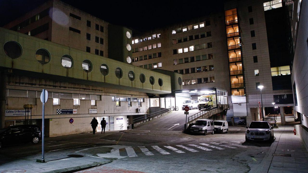 Los medios de extinción trabajan en Vilariño de Conso.Complexo Hospitalario Universitario de Ourense
