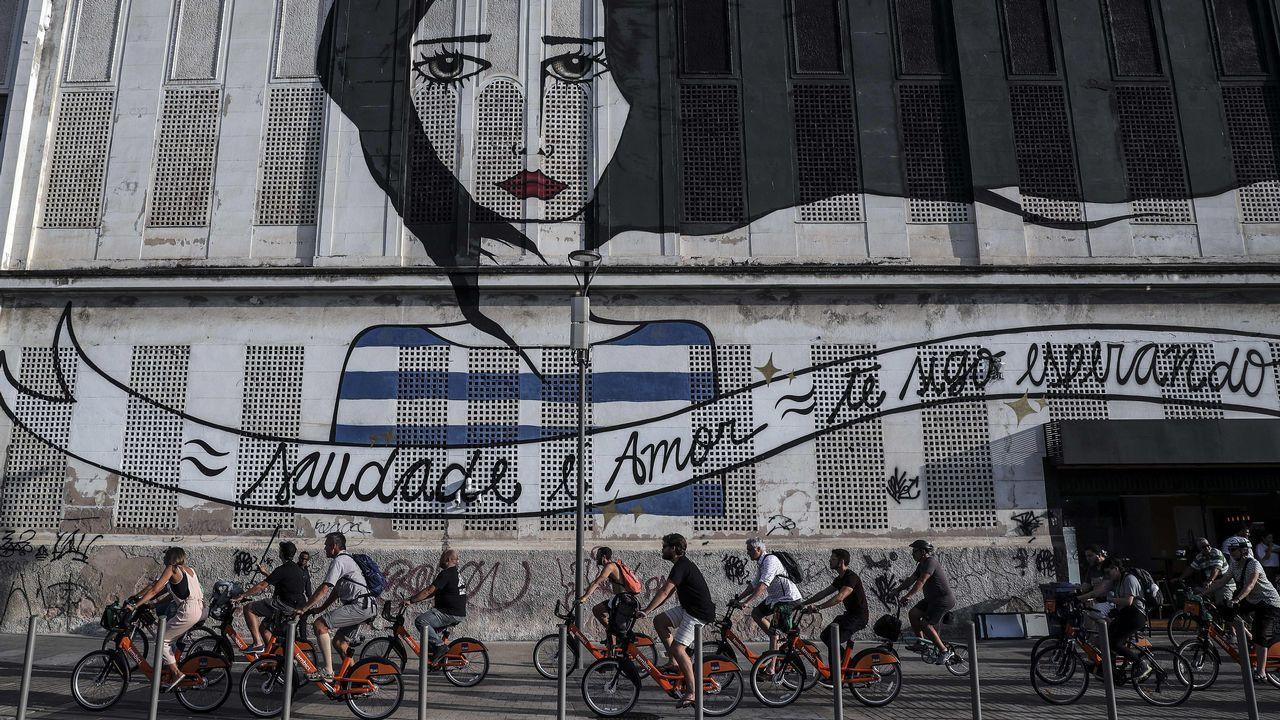 Decenas de ciclistas realizan un paseo en bicicleta con motivo del Congreso Internacional de Ciclismo, en Rio de Janeiro
