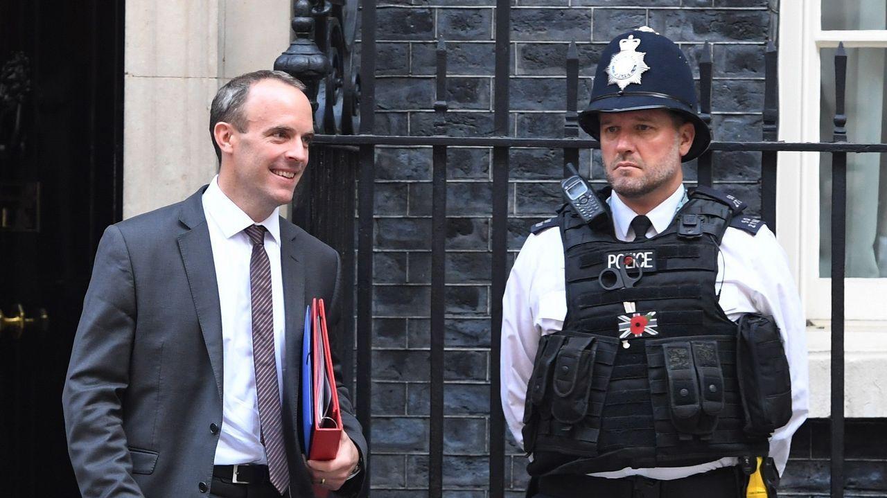 Turbulento aniversario del 1-O.Dominic Raab abandona la reunión del Gobierno británico en Downung Street