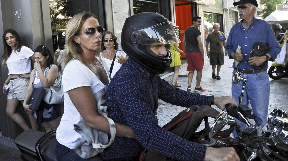 El ministro griego de Finanzas, Yanis Varufakis, y su mujer a su salida del Ministerio de Finanzas en Atenas, después de que anunciase su dimisión.