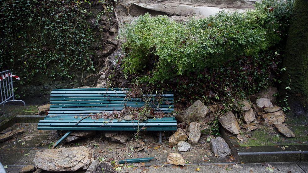 Muro derrumbado sobre un banco en la Alameda en Santiago.