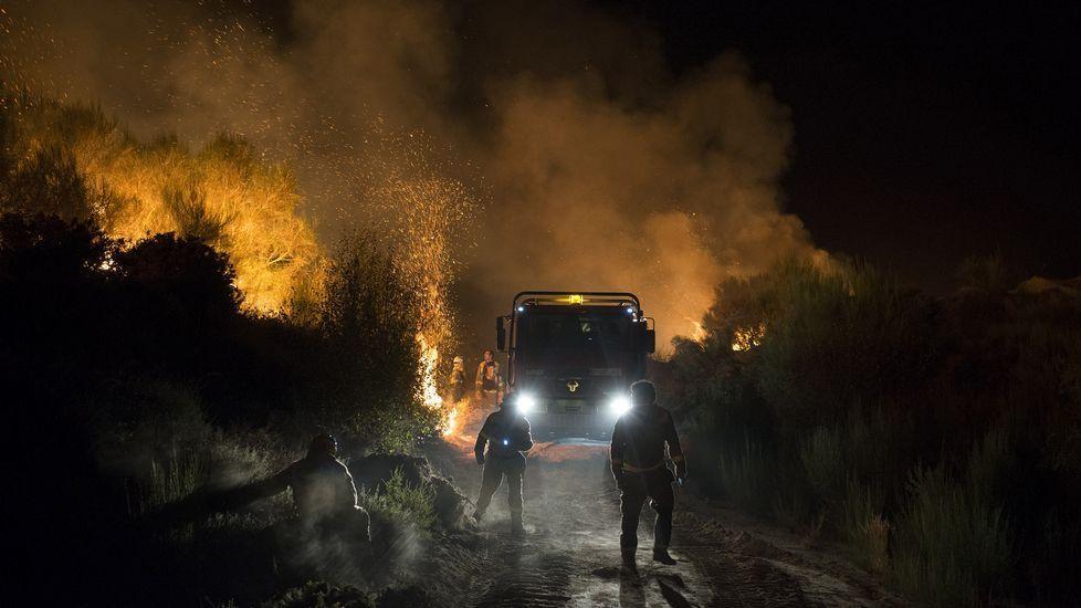 La fiesta de la Guardia Civil, en imágenes.El incendio de Cualedro, anoche