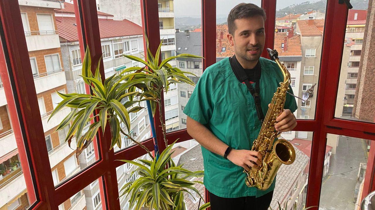 Brais Bautista, a punto de salir a tocar el saxo para sus vecinos